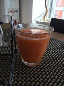 毎朝、白湯と共に飲む抗酸化フレッシュジュース。りんご、レモン、人参で。